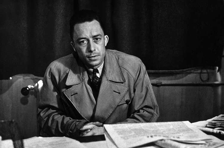 L'ecrivain Albert Camus (1913-1960) au journal Combat ou il restera de 1944 a 1947 --- French writer Albert Camus (1913-1960) at Combat paper where he was from 1944 to 1947
