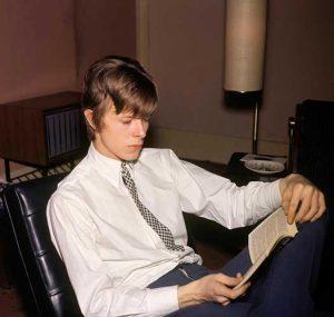 UNITED KINGDOM - JANUARY 01:  Photo of David BOWIE; Davie Jones (Davy Jones), posed, c.1965, reading book  (Photo by CA/Redferns)