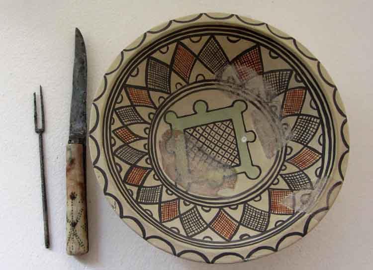 Viljuska-noz-i-tanjir-od-majolikeSopocani-Ras-13-vek-Muzej-Ras-Novi-Pazar-1024x742