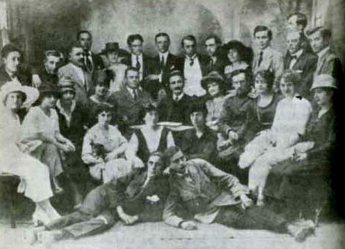 sa-ansamblom-narodnog-pozorista-u-Skoplju-koje-je-osnovao-1912